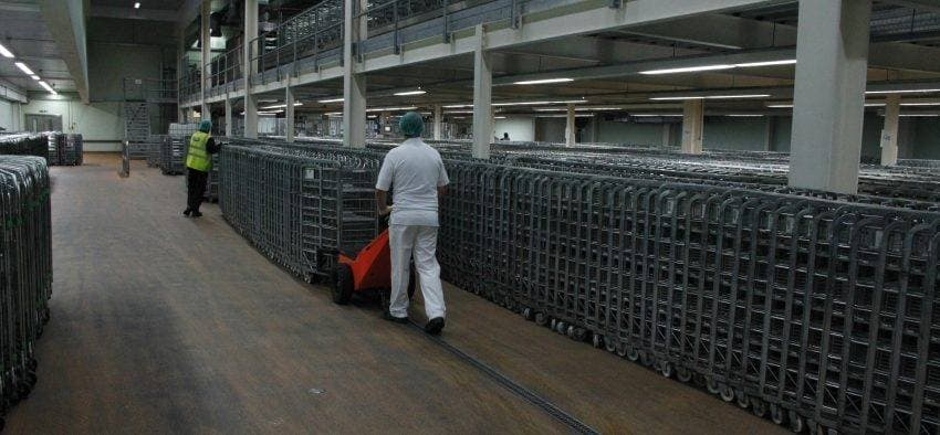 TET Pedestrian Pusher moving dairy roll cages - Arla Foods - pushing loads